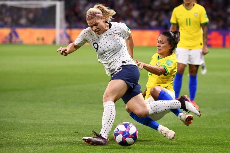 Coupe du monde féminine : la France s'impose dans la douleur face au Brésil et file en quarts de finale